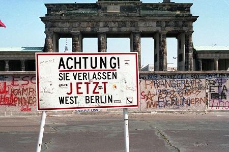 © wikipedia  Brandenburger Tor 1989 kurz vor Maueröffnung